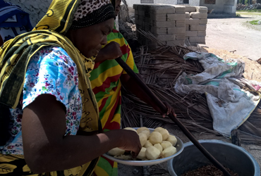 Women cooking in Jambiani on a food travel Zanziba